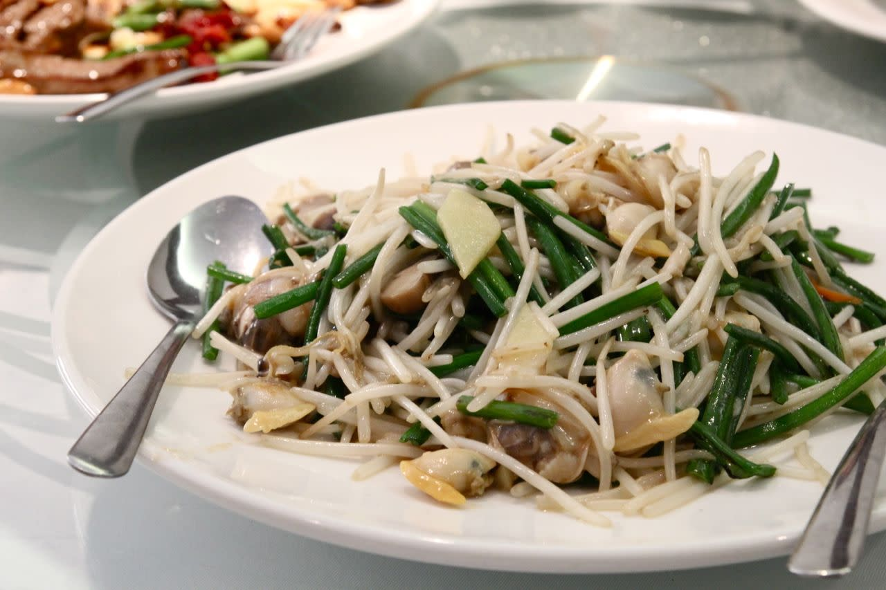 clams with chives and bean sprouts