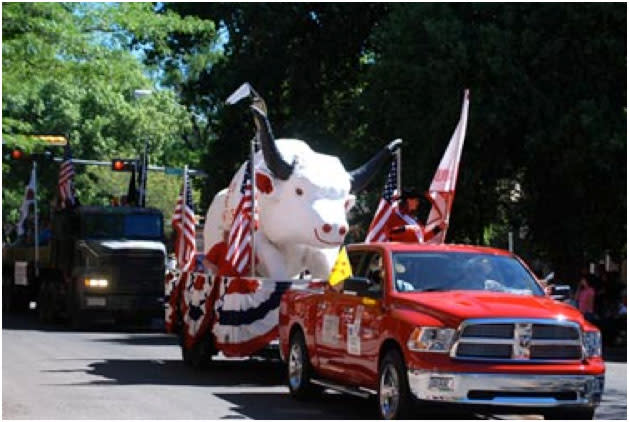 The Rodeo Bull gets a lift for the annual Rodeo de Santa Fe Parade. (Photo Credit: Joy Russell, Courtesy of Rodeo de Santa Fe)
