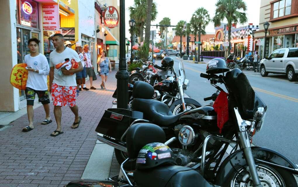 Motos Harley-Davidson estacionadas en Main Street, Daytona Beach