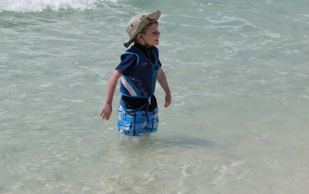 Garotinho aproveitando o dia em Henderson Beach, em Destin.