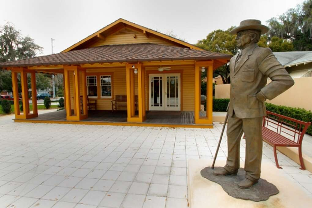 frank lloyd wright statue near Florida Southern College Building