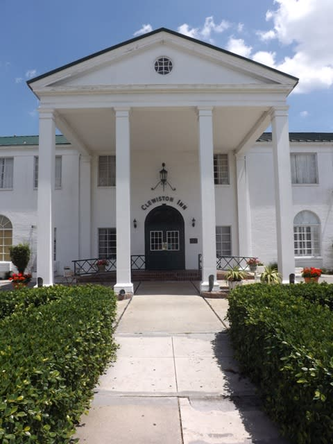 The entrance of the Clewiston Inn