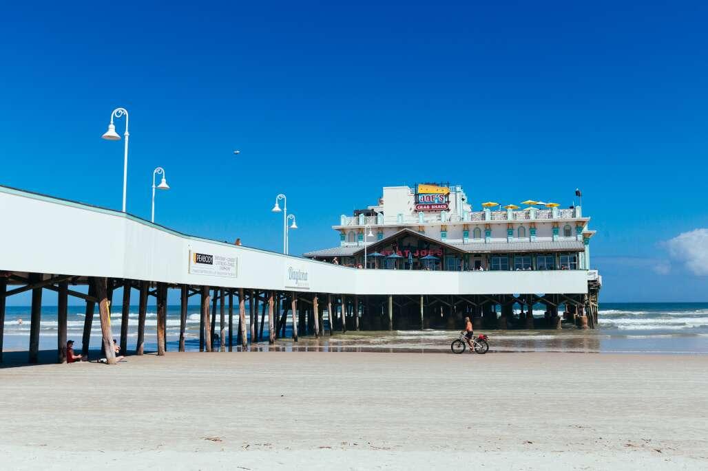 Muitos pescadores vão para a extremidade leste do Daytona Beach Pier, onde não é necessária licença para pescar.