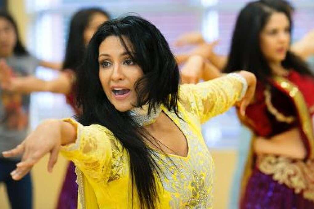 Chandni, cuyo nombre real es Navodita Sharma, es una ex bailarina de Bollywood que abrió un estudio de danza india en 1994 en Orlando, Florida.