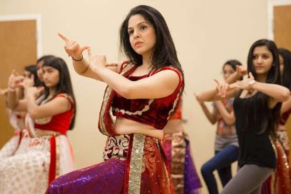 Nirali Chokshi, de 29 años, ensaya para una presentación que darán las estudiantes de Chandni. Chokshi empezó a tomar clases de danza india con Chandni desde que tenía 15 años.