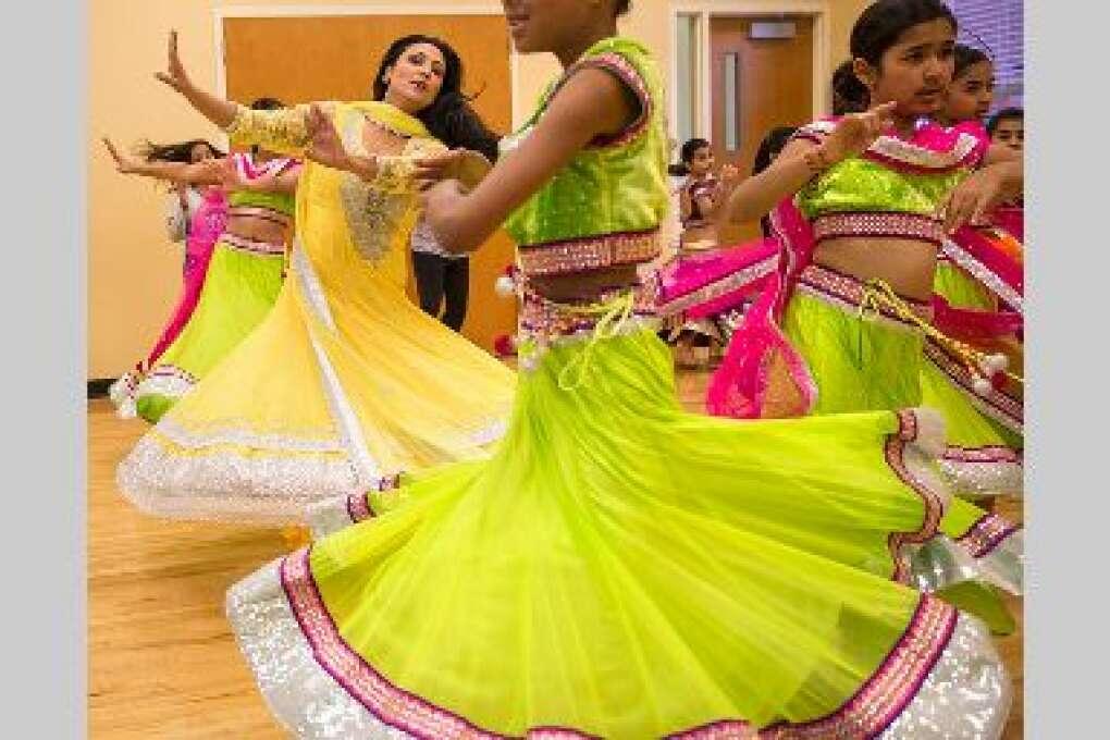 Los vestidos de las estudiantes dibujan un mar de colores durante una clase de Chandni, una ex estrella de Bollywood que da clases de danza india en Orlando.