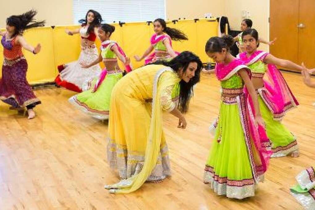 Chandni revisa el vestido lehenga cholis de una de sus jóvenes estudiantes. La ex bailarina de Bollywood tiene un estudio de danza en Orlando que mantiene viva los tradicionales y modernos bailes de India.
