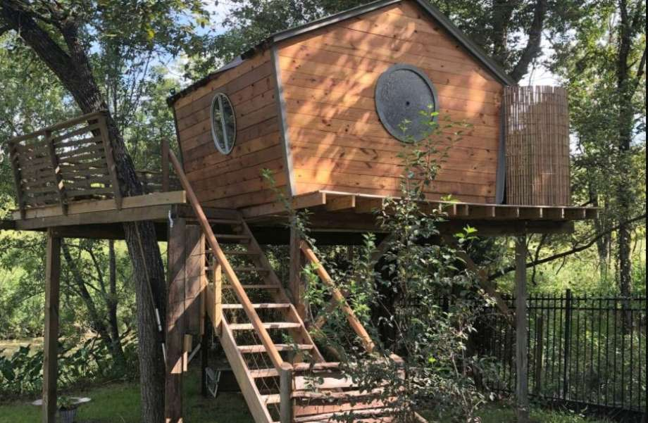 Lake Conroe treehouse: 1 hour and 16 minutes from Houston. Photo: GlampingHub.com