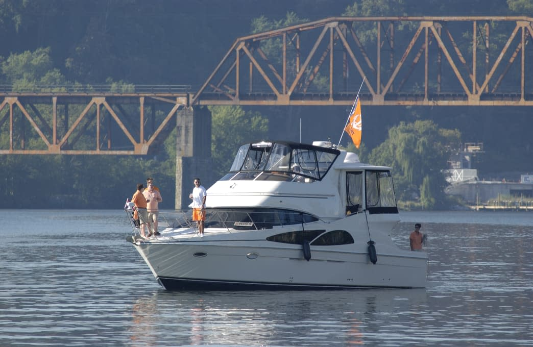 People boating on the Tennessee River