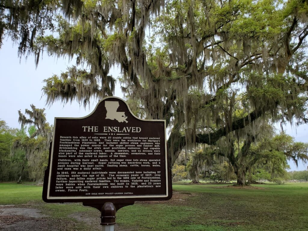 A plaque honoring enslaved peoples.