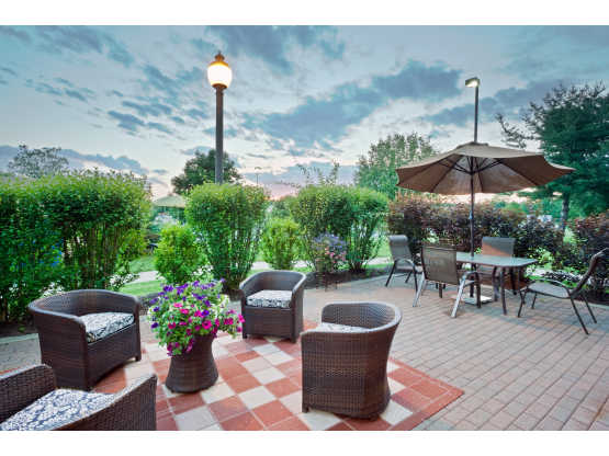 IMG_2432-HamptonInn-CliftonParkNY-patio