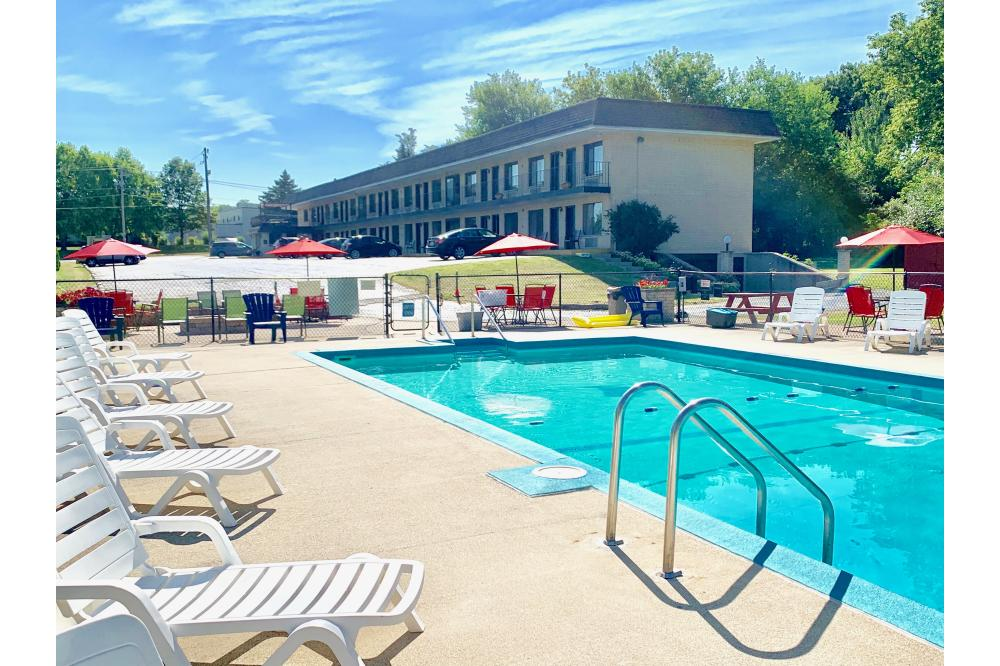 Outdoor Swimming Pool/Patio