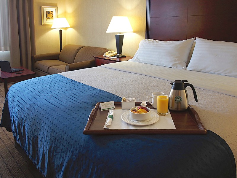 King guestroom with pull-out sofa-bed, equipped with large business desk, free WIFI, 37'HD TV, coffee maker, ironing board & fridge.