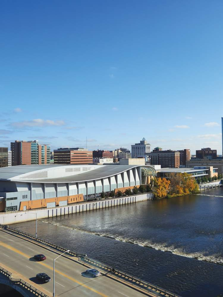 密歇根州大急流城德沃斯广场会议中心和表演大厅的鸟瞰图