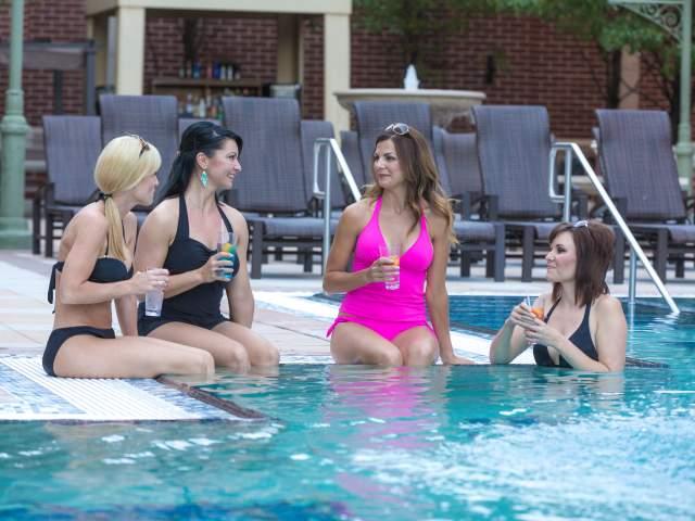Women in Pool cvb_2016_0406