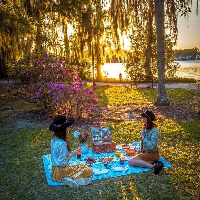 2021 Influencer Nakiesa Faraji-Tajrishi having a picnic at Kraft Azalea Garden in Winter Park