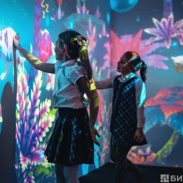 Hello Park at Dezerland children touching live wall