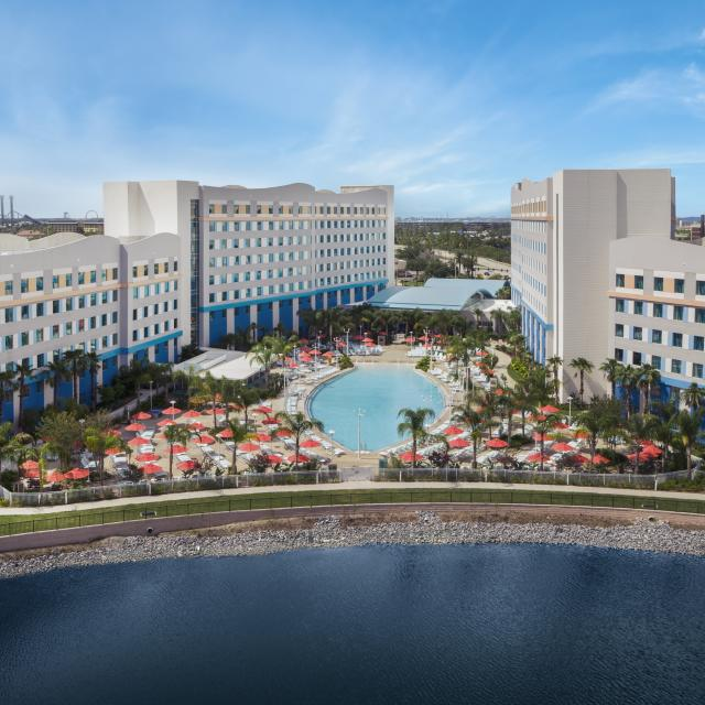 Universal's Endless Summer Resort - Surfside Inn and Suites exterior and lake