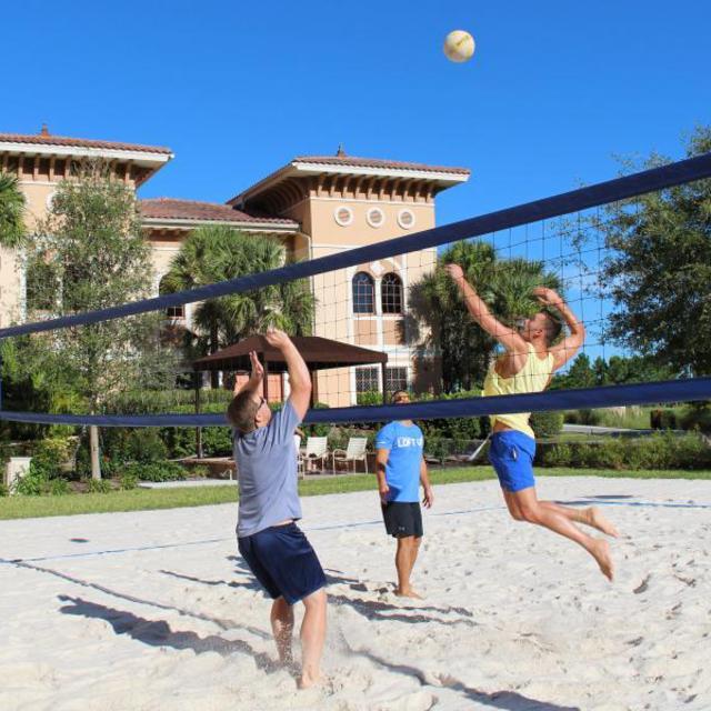 Rosen Shingle Creek men playing sand volleyball