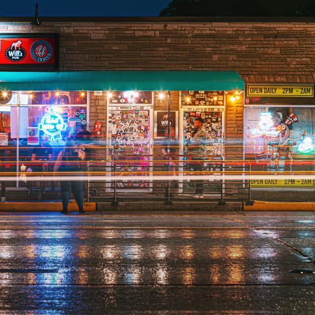 Night shot of Will's Pub in Orlando's Mills 50 district
