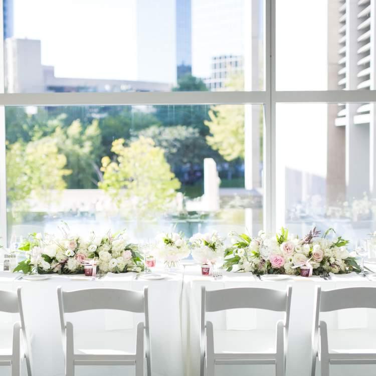 在大急流城艺术博物馆举行婚礼,俯瞰市中心的城市景观。