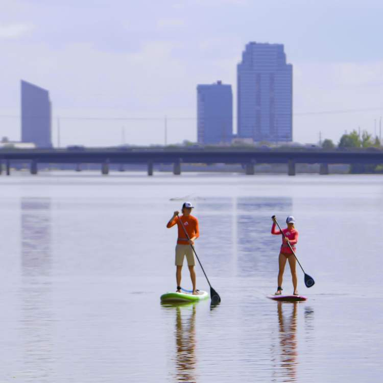 站起来,沿着格兰德河划船向市中心驶去。