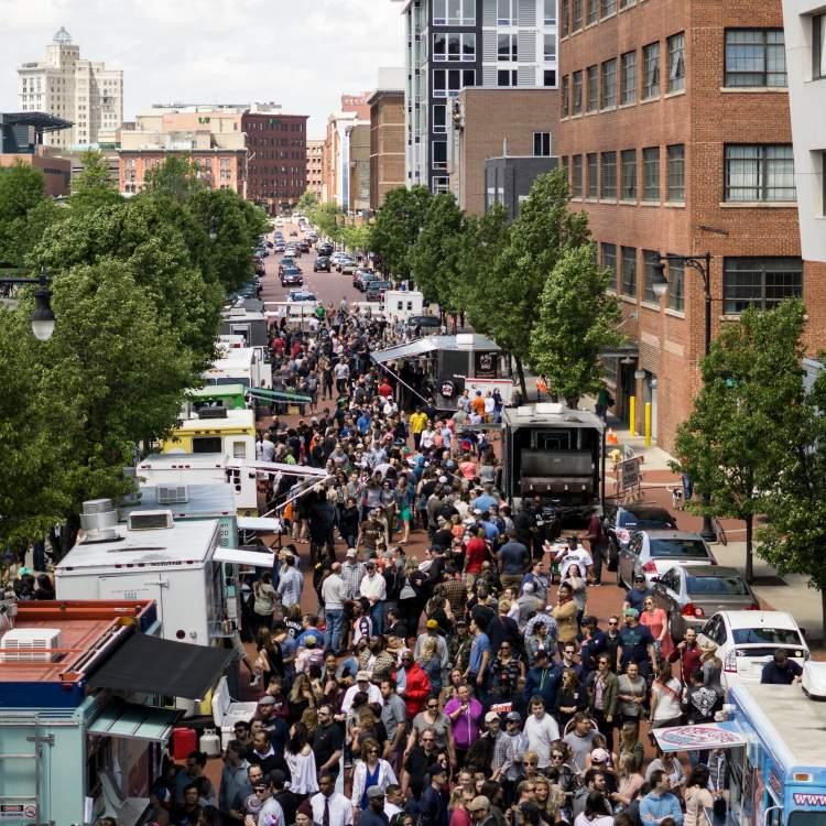 在大急流城市中心举行的食品卡车拉力赛。