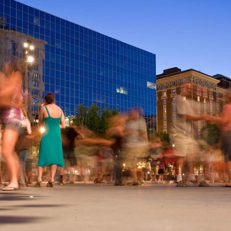 在罗莎公园广场跳摇摆舞