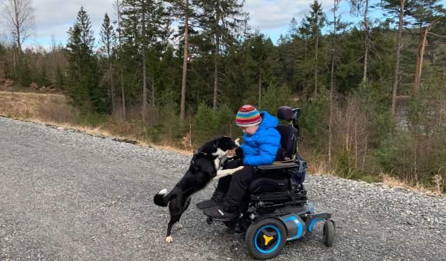 Andreas Eikin og hunden Pi i lysløypa Sør Amfi i Arendal