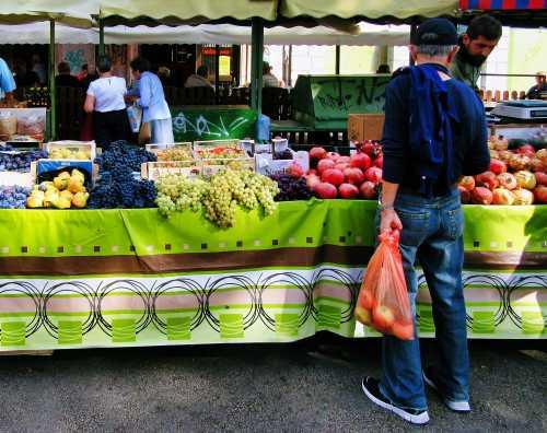 Man-purchasing-fresh-produce-at-local-farmers-market