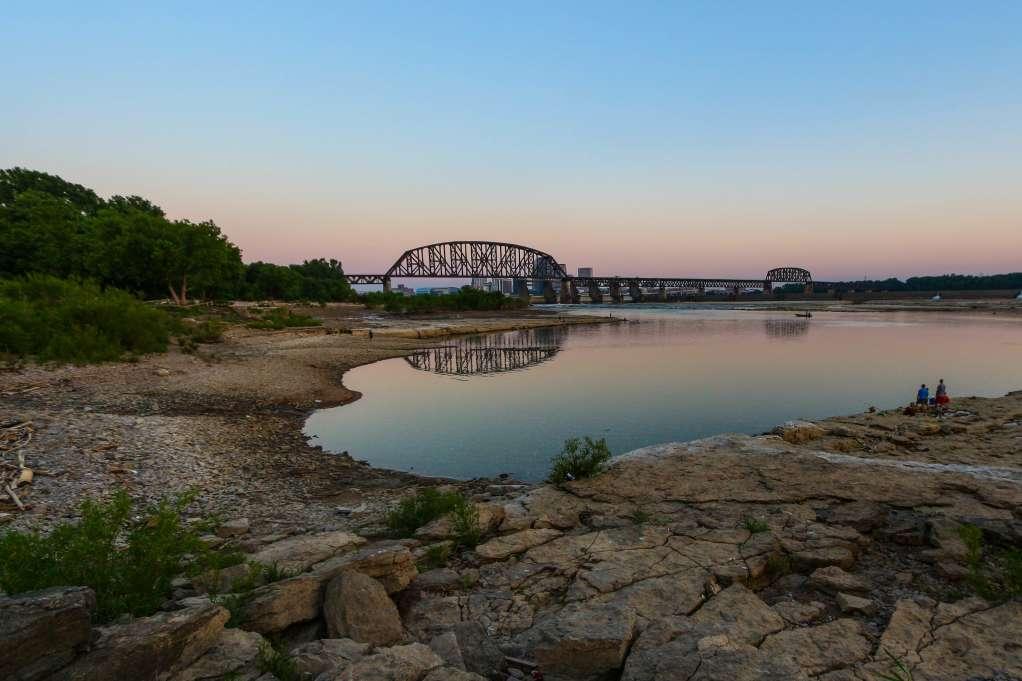 ϾView of the water and bridge of the Falls of the Ohio State Park}}