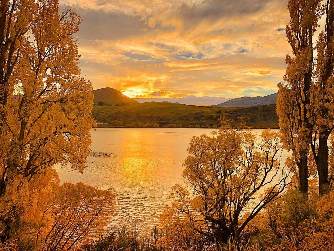 Sunsets over Lake Hayes in Autumn
