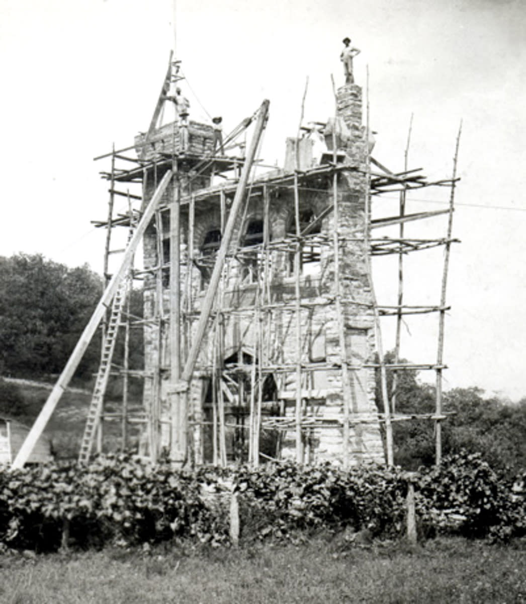 Black and white photo of the Correspondents Arch during construction
