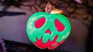 Image of a cookie decorated to look like a poison apple.