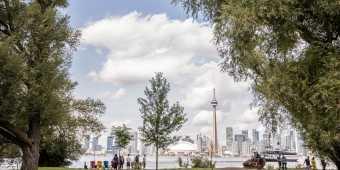 Skyline_view_from_Toronto_Island