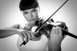 Assia Ahhatt playing the violin.