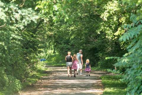 ϾFamily Walking The Ohio River Greenway}}