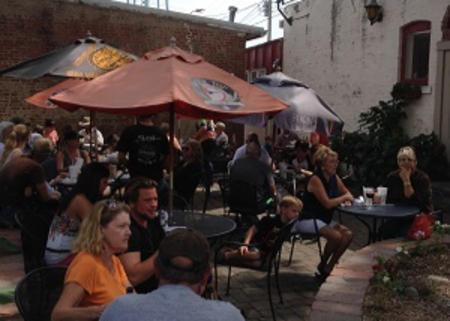 Perillo's Pizzeria's outdoor patio
