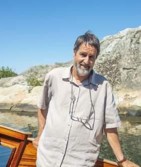 Båtbygger Leif Nilsen ombord i trebåten Sonja G
