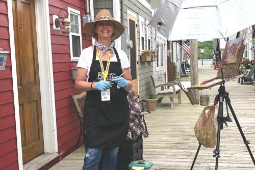 Local artist Cindy Harris paints Canandaigua boathouse en Plein Air at the City Pier