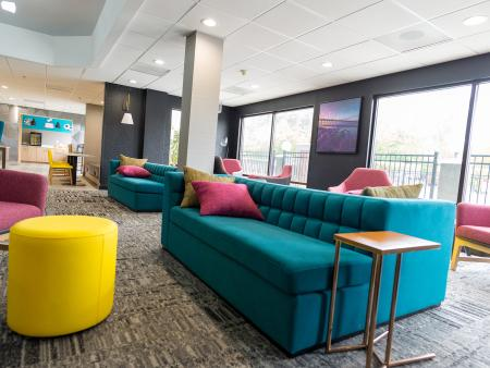 La Quinta hotel in Selma with new colorful lobby look