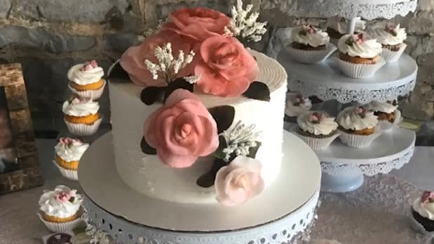Decorative cakes and cupcakes