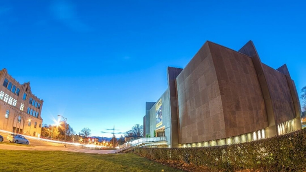 A photo of the exterior of the Munson-Williams-Proctor Institute