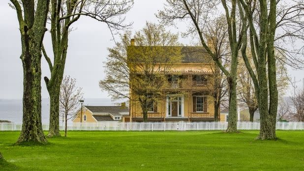 A building and trees at Sackets Harbor Battlefield