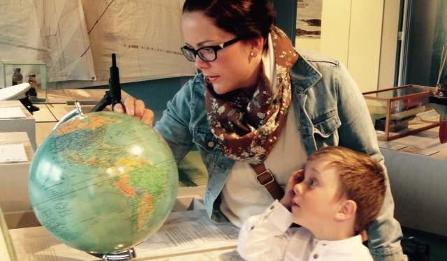 Mor og barn på Sjøfartsmuseet i Aust-Agder