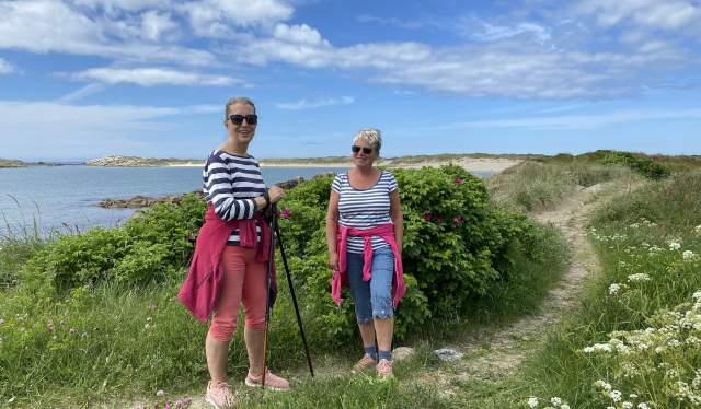 Brita og Sissel går turer langs kyststien fem dager i uken.