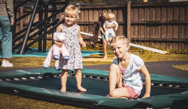 Gøy med trampoline hos Camp Lyngdal