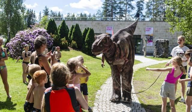 Barn flokker seg rundt Den store dinosauren, Mineralparken, Evje