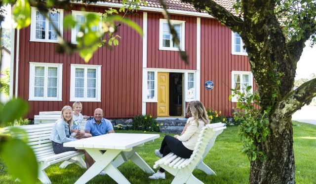 Familien Ågedal Lie utenfor Konsmo gamle posthus, Konsmo i Lyngdal