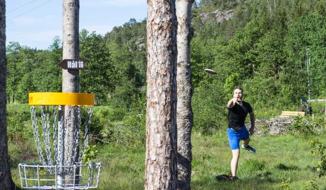 Jonas Lunden spiller frisbeegolf i Konsmoparken, Konsmo i Lyngdal